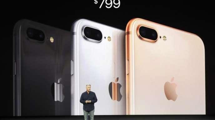 Apples Marketing-Vizepräsident Phil Schiller präsentiert das neue iPhone 8 Plus.