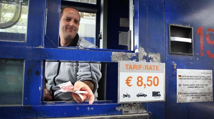 Maut in Österreich:Ein Kassierer gibt an der Brennerautobahn A13 bei Schönberg Rückgeld.