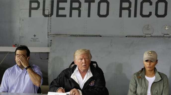 Besuch auf der verwüsteten Insel:Donald Trump, First Lady Melania Trump und der Gouverneur von PuertoRico, Ricardo Rossello, im Gespräch.
