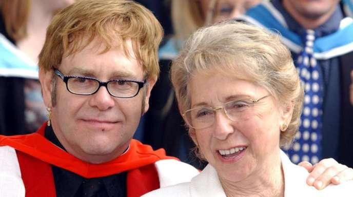 Elton John und seine Mutter Sheila 2002 in London.