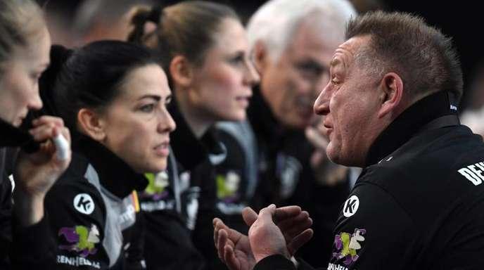 Bundestrainer Michael Biegler (r) schwört die DHB-Frauen auf die Partie gegen China ein.