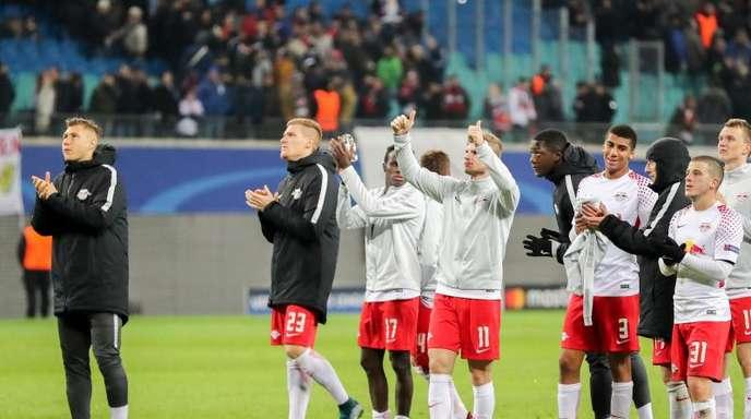 Leipzigs Spieler bedanken sich nach der Niederlage bei den Zuschauern und verabschieden sich aus der Champions League.
