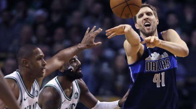 Mavericks-Star Dirk Nowitzki (r) in Aktion gegen Al Horford (l) und Kyrie Irving von den Boston Celtics.