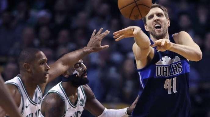 Mavericks-Star Dirk Nowitzki (r) in Aktion gegen Al Horford (l) und Kyrie Irving von den Boston Celtics.