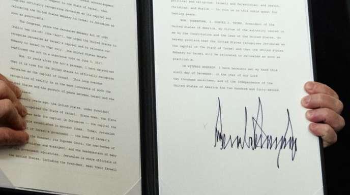Donald Trump zeigt die frisch unterschriebene Proklamation, in der er Jerusalem als die Hauptstadt Israels anerkennt.