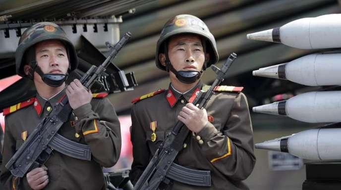 Zwei nordkoreanische Soldaten sitzen bei einer Militärparade in Pjöngjang auf einem mobilen Raketenwerfer.