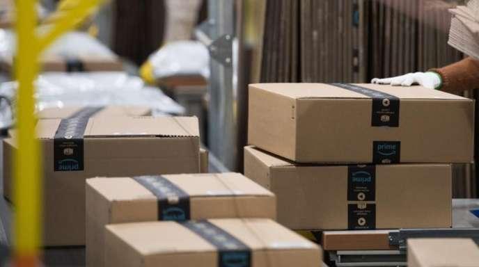 Pakete auf einem Transportband im Amazon-Logistikzentrum in Bad Hersfeld.