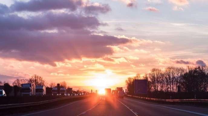 Über der Autobahn A7 Richtung Hildesheim geht die Sonne auf.