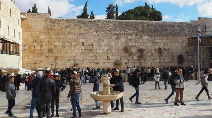 Gläubige Juden an der Klagemauer in der Altstadt von Jerusalem.