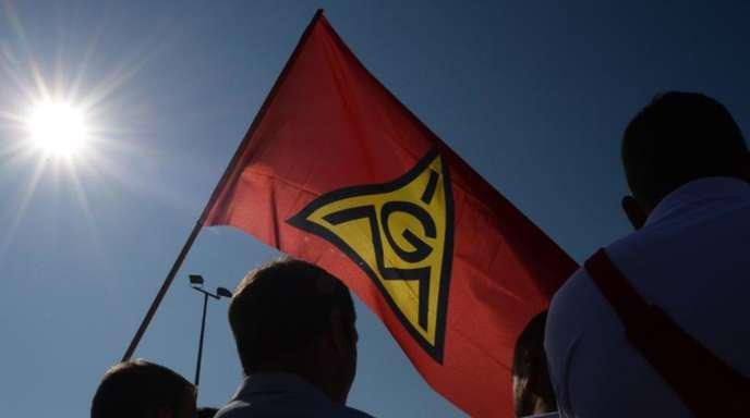 Teilnehmer eines Warnstreiks der IG Metall.