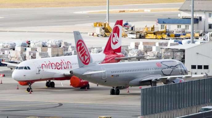 Ein Flugzeug der insolventen Fluglinie Niki steht auf dem Flughafen Schwechat bei Wien neben einer Maschine der insolventen Niki-Mutter Air Berlin.