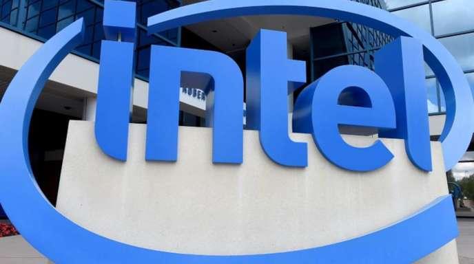 Das Logo des Chipherstellers Intel vor der Zentrale des Unternehmens im kalifornischen Santa Clara.