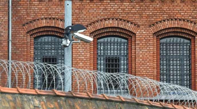 Vergitterte Fenster der Justizvollzugsanstalt Plötzensee in Berlin.