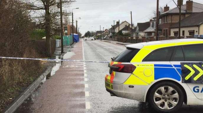 Ein Polizeifahrzeug vor dem Schauplatz der Messerattacke im irischen Dundalk.