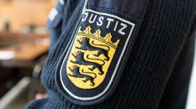 Ärmelaufnäher eines Justizbeamten in einem Gerichtssaal in Freiburg.