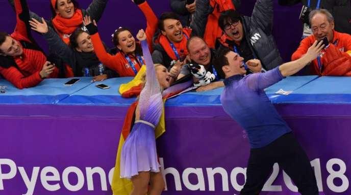 Nach ihrem Triumph machte das Sieger-Paar mit den deutschen Teamkollegen ein Selfie.