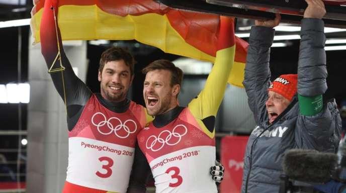 Erfolgstrio: Tobias Wendl (l-r) und Tobias Arlt jubeln mit Rodel-Bundestrainer Norbert Loch.