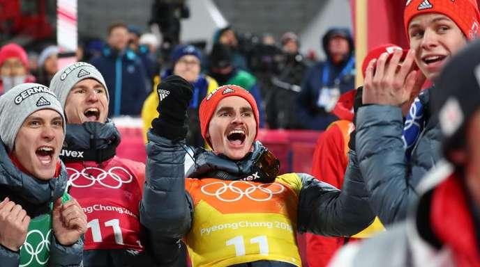 Die deutschen Skispringer Stephan Leyhe, Karl Geiger, Richard Freitag und Andreas Wellinger (l-r) feiern den zweiten Platz.