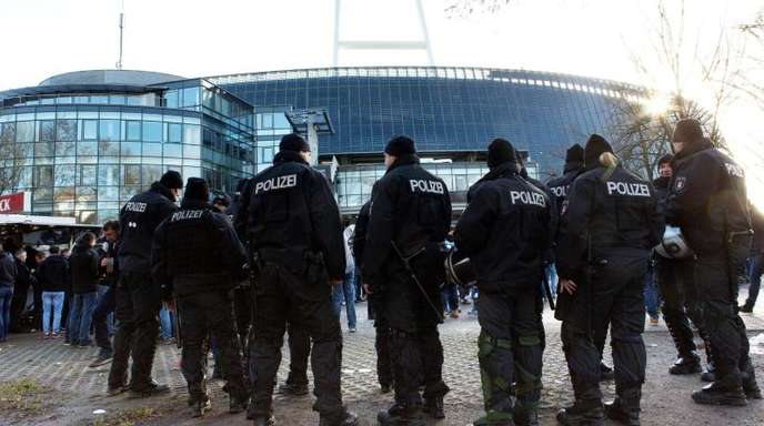 Die Polizei vor dem Bremern Weserstadion.