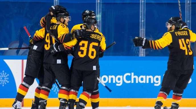 Noebels (l-r), Yannic Seidenberg und Fauser bejubeln den zweiten deutschen Treffer von Noebels.