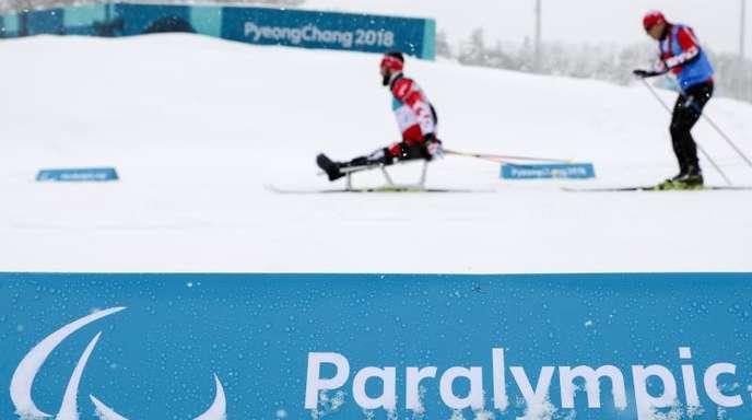 Zwei Paralympics-Athleten trainieren im Alpina Biathlon Centre.