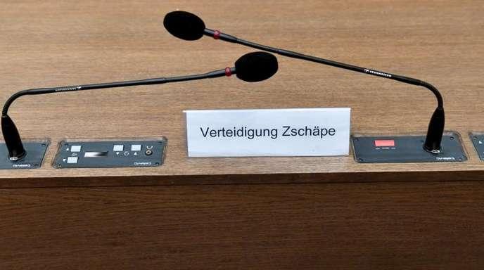 """Schild mit der Aufschrift """"Verteidigung Zschäpe"""" im Oberlandesgericht in München."""