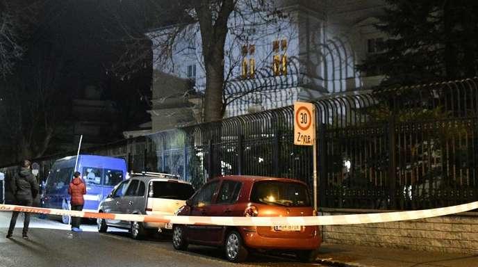 Nach dem Messerangriff auf einen Wachsoldaten vor der iranischen Botschafter-Residenz in Wien gibt es erste Hinweise auf einen möglichen politischen Hintergrund.