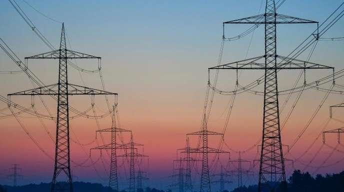 Hochspannungsmasten in Jänschwalde (Brandenburg). Wie viel Geld dürfen Stadtwerke und Energiekonzerne mit ihrenStrom- und Gasnetzen verdienen?