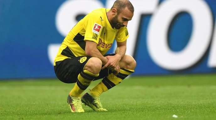 Der Dortmunder Ömer Toprak lässt nach dem 0:2 auf Schalke den Kopf hängen.
