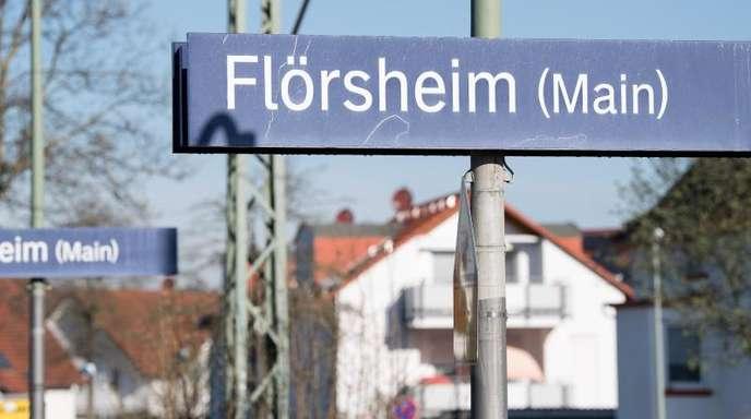 Eine junge Frau soll in einem Fußball-Sonderzug sexuell missbraucht worden sein. An der Haltestelle Flörsheim war sie ausgestiegen.