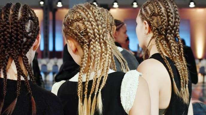 Junge Frauen mit gleichen Frisuren und verschiedenen Haarfarben während der Berlin Fashion Week (Symbolbild).