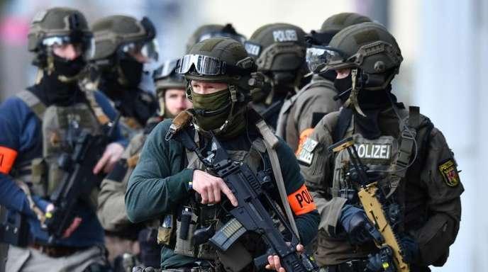 Schwer bewaffnete Beamte eines Spezialeinsatzkommandos.