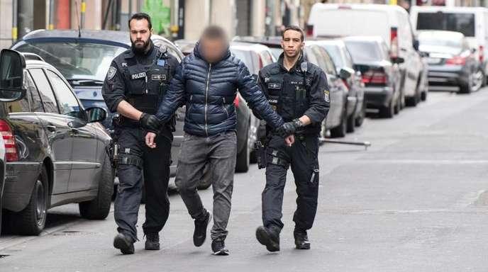 Polizisten führen im Frankfurter Bahnhofsviertel einen verdächtigen Mann ab.