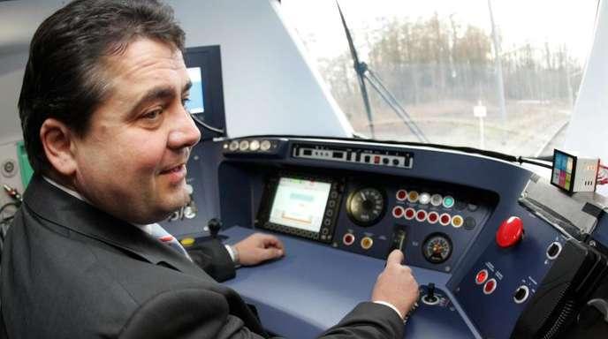 Der damalige Bundesumweltminister Sigmar Gabriel (SPD) fährt in Salzgitter eine S-Bahn des Schienenfahrzeug-Herstellers Alstom Probe.