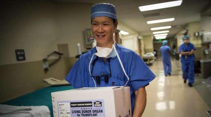 Ein Organ für eine Transplantation wird in einer Kiste getragen: Die Zahl der Drogentoten, die mindestens ein Organ spendeten, hat sich von 59 (2000) auf 1029 (2016) erhöht.