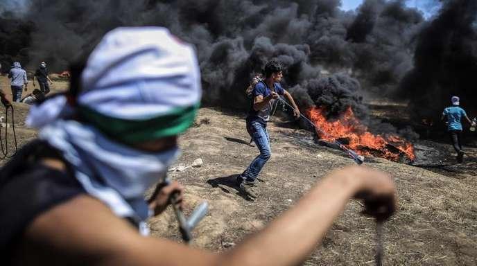 Zehntausende Palästinenser haben am 14. Mai am Grenzzaun zwischen Israel und dem Gazastreifen gegen die jahrelange Blockade des verarmten Küstenstreifens durch Israel und Ägypten protestiert.