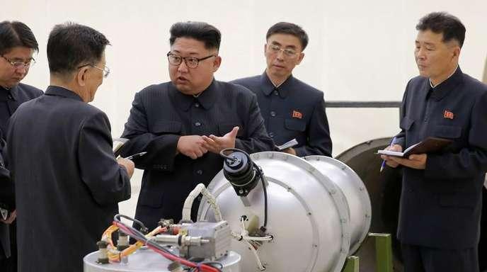 Ob er sich davon trennen mag?Nordkoreas Staatschef Kim Jong Un neben einem Sprengkopf.