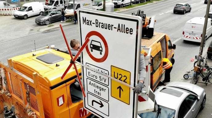 Ein Fahrverbotsschild für Fahrzeuge mit Diesel-Motoren bis Euro 5 wird in Hamburg installiert.