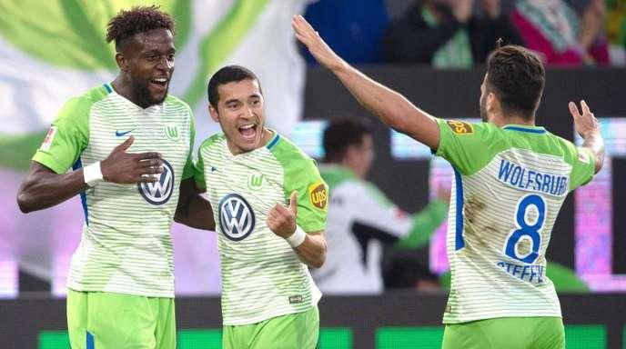 Divock Origi (l-r) freut sich nach seinem Führungstor mit seinen Mannschaftskollegen William und Renato Steffen.