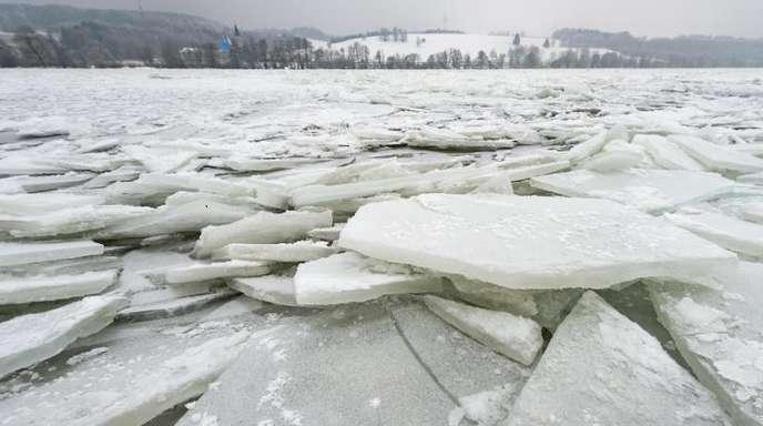 Eisschollen türmen sich auf der Donau bei Vilshofen.