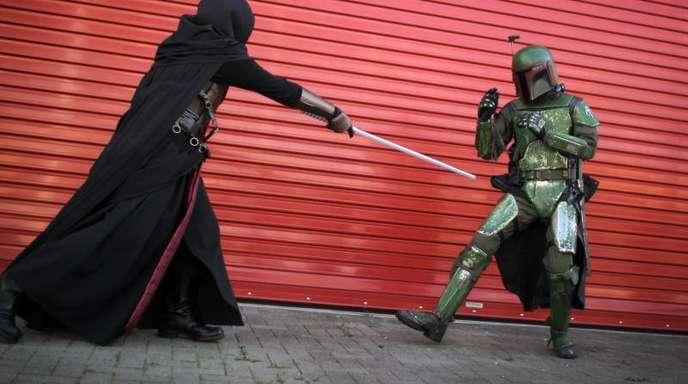 Kostümierte Star-Wars-Fans: Boba Fett (r) und Darth Revan liefern sich ein Duell.