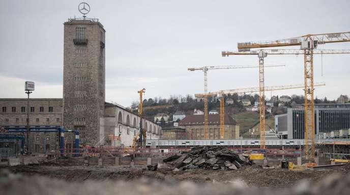 Baukräne auf der Baustelle des Bahnprojekts Stuttgart 21.