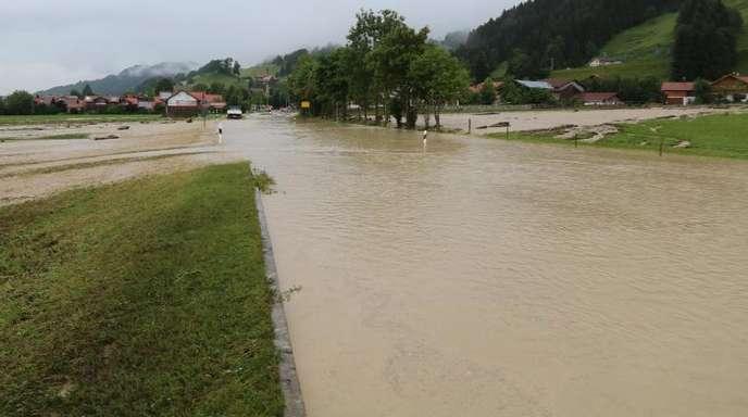Wassermassen auf einer Straße im bayrischen Rettenberg.