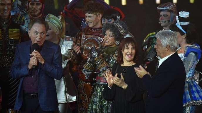 Andrew Lloyd Webber (l) mit Choreografin Arlene Phillips und Designer John Napier nach der Gala in Bochum.