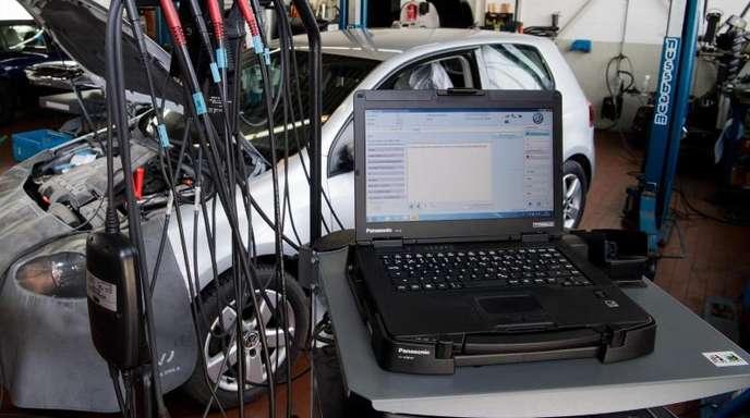 Ein Software-Update wird auf einen Volkswagen Golf mit einem 2,0-Liter-Dieselmotor geladen.