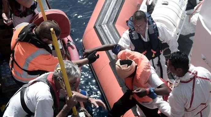 Italien hatte der «Aquarius» von der SOS Méditérranée mit Hunderten erschöpften Migranten an Bord die Einfahrt in einen Hafen verwehrt.