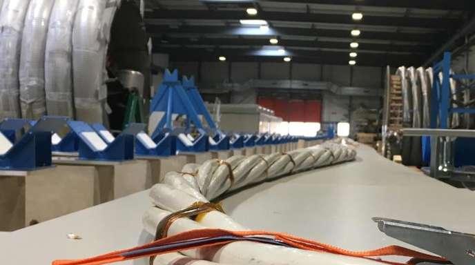Völlig neu entwickelte Kabel liegen in einer Werkstatt der Europäischen Organisation für Kernforschung (Cern).