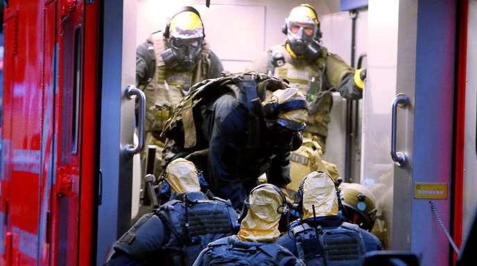 Im Kölner Stadtteil Chorweiler stürmte die Polizei wegen des Verdachtes auf Umgang mit giftigen Stoffen die Wohnung eines Mannes.
