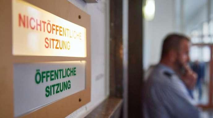 Ein Justizmitarbeiter steht vor der verschlossenen Tür, hinter der der Prozess nach dem gewaltsamen Tod eines Schülers verhandelt wird.