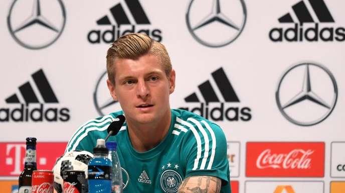 Toni Kroos beantwortet Fragen der Journalisten bei der Pressekonferenz.
